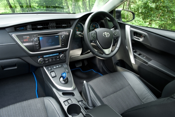 AURIS_TOURING_SPORTS_interior-566px