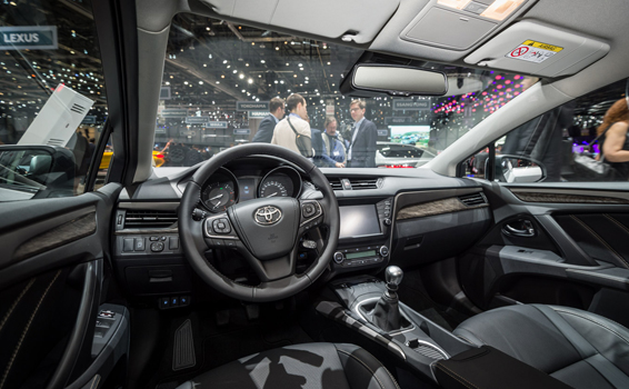 2015-avensis-interior