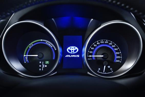 2015 Toyota Auris Hybrid instrument panel