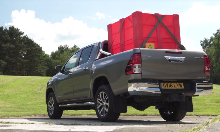 Hilux: Loading the Cargo Deck
