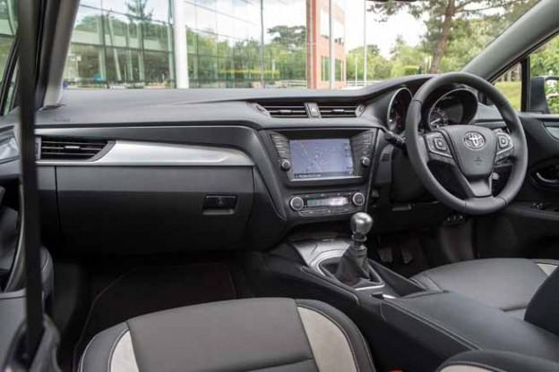 2015 Toyota Avensis interior