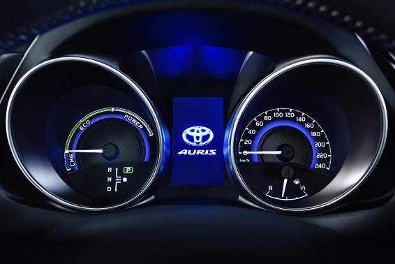 Auris Hybrid 2015 dials